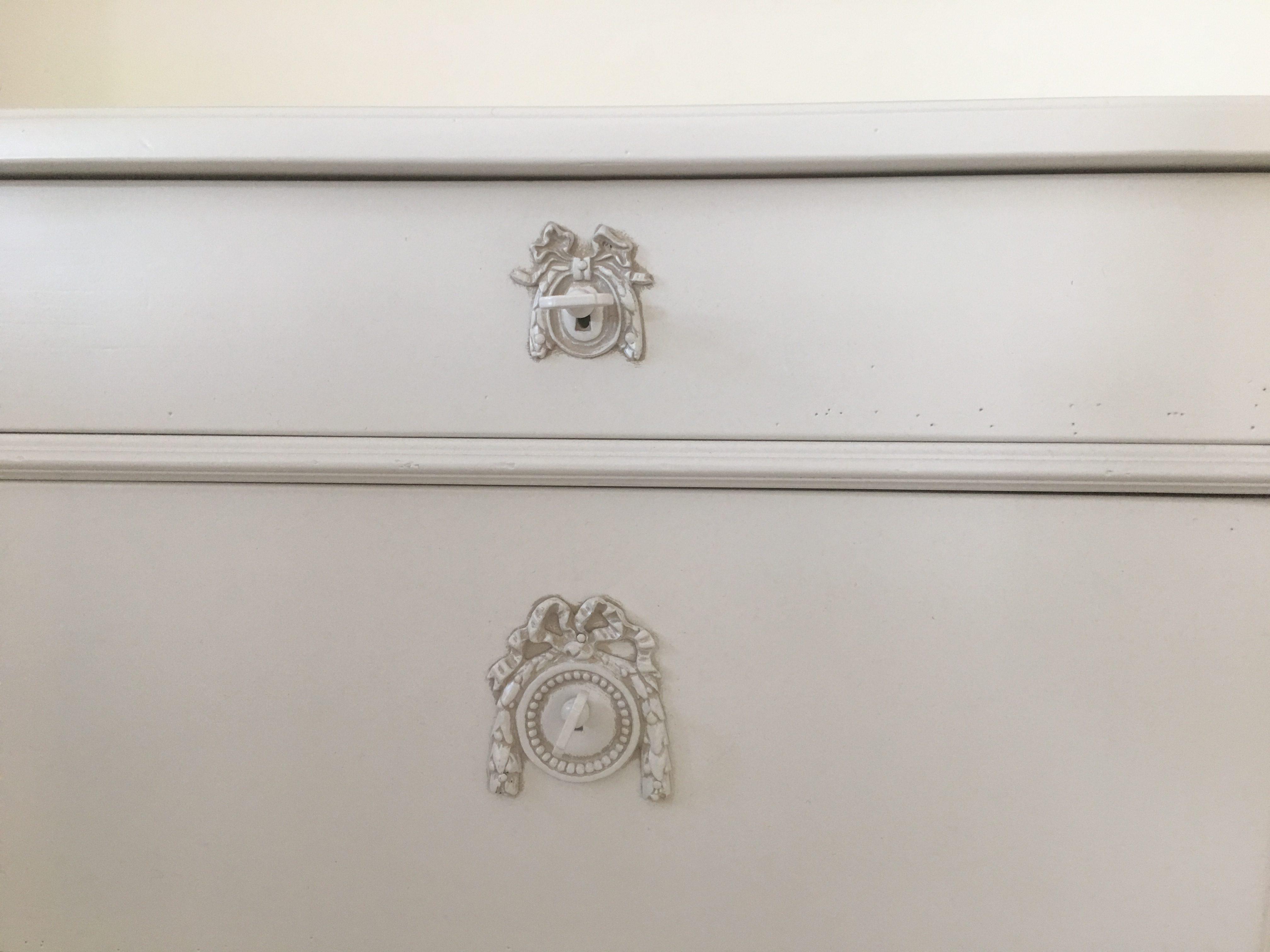 zoom sur tiroir commode merisier laque ivoire clair