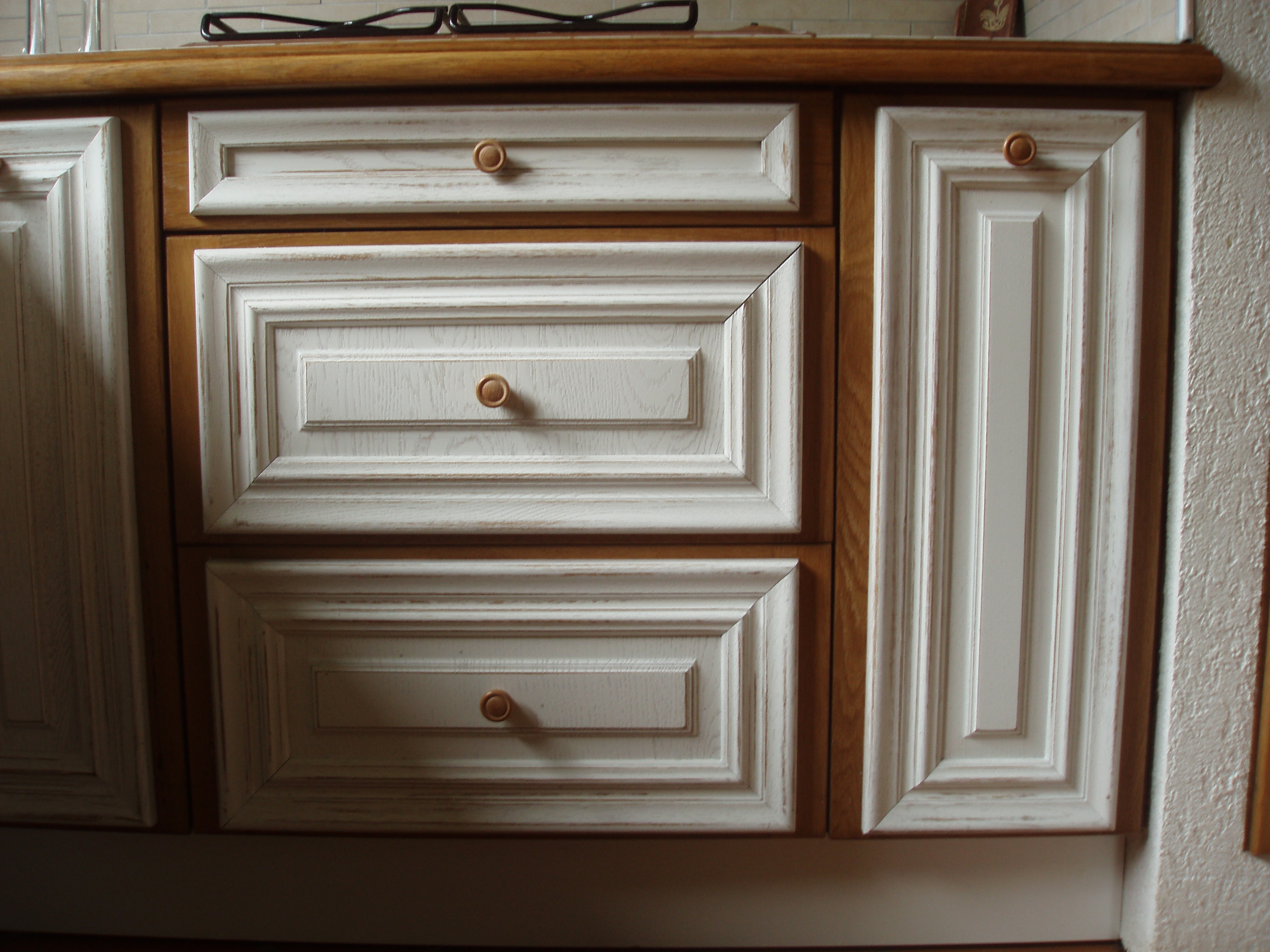 zoom casserolier/ tiroir blanc vieilli cadre chêne clair