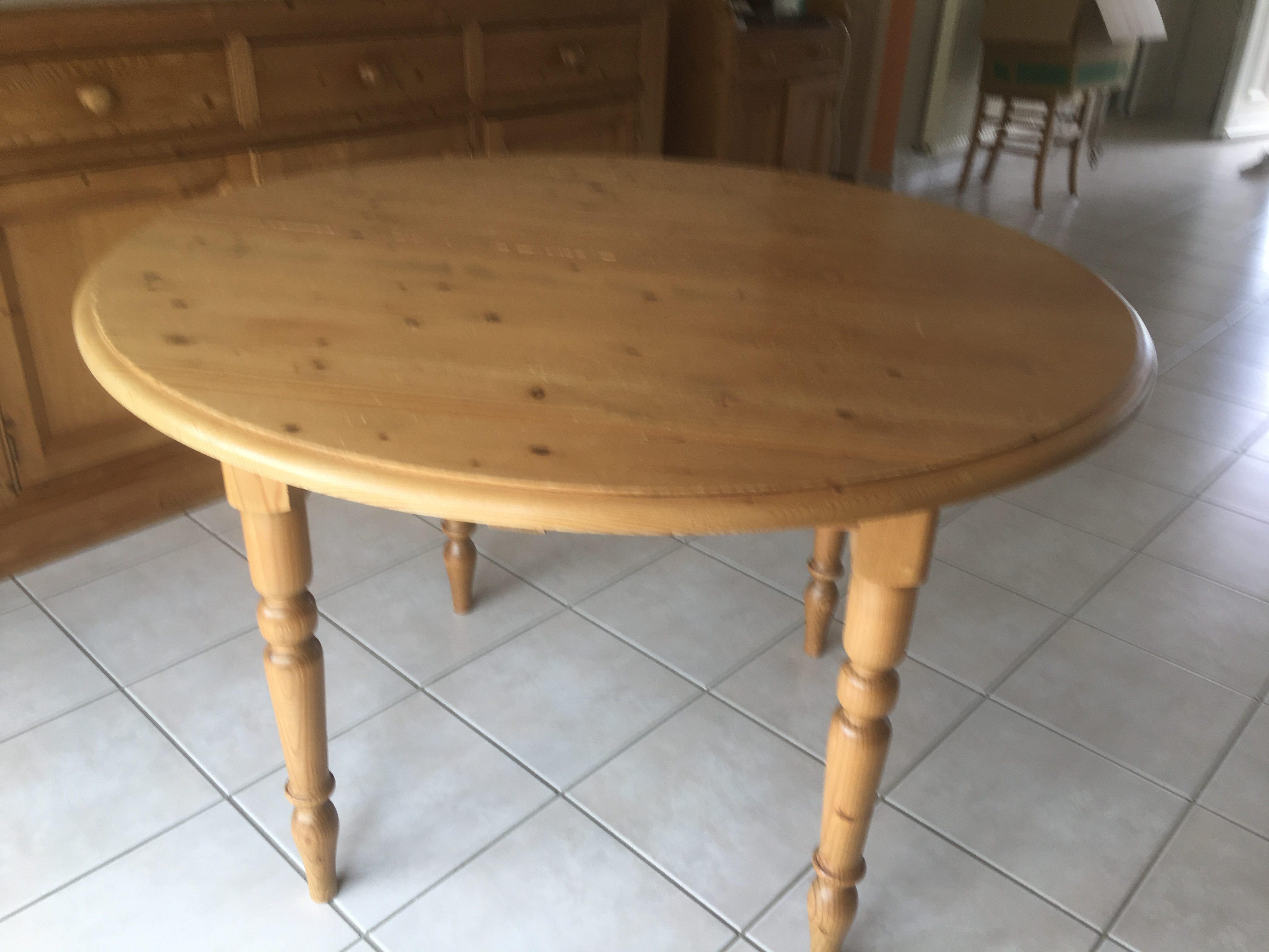 Table pin teinté miel dessus rond d'origine