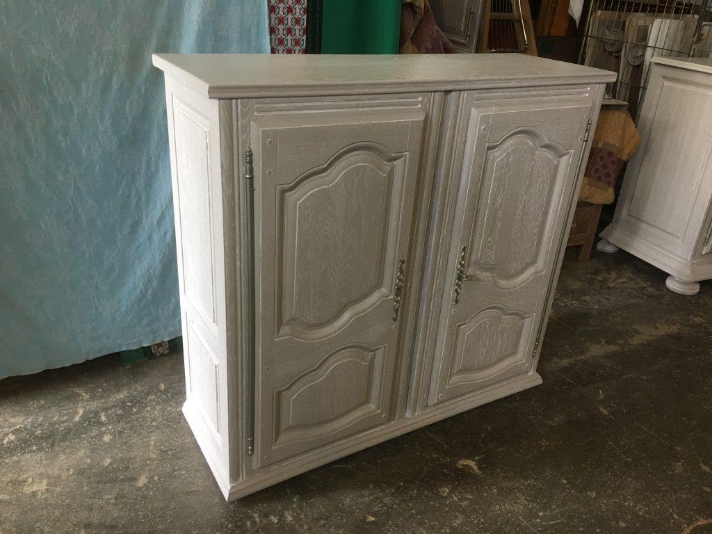 Dessus de vaisselier chêne 2 corps modifié bahut bas 2 portes finition gris taupe cérusé blanc