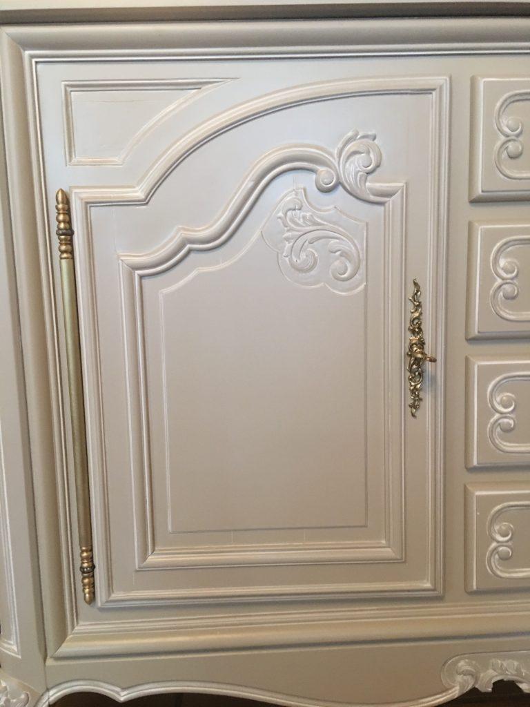 Détail porte enfilade Louis XV gris taupe/patinée blanc