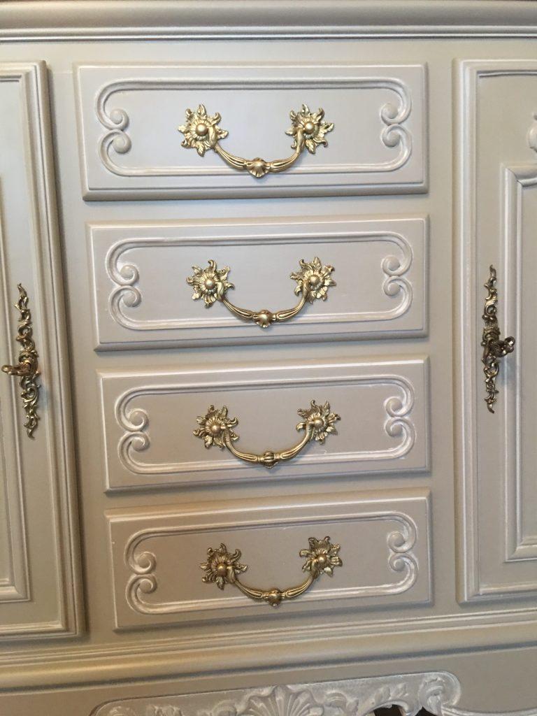 Détail tiroirs enfilade Louis XV gris taupe/patinée blanc