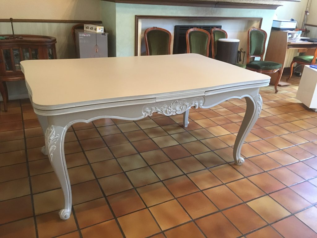 table merisier Louis XV gris taupe/patinée blanc