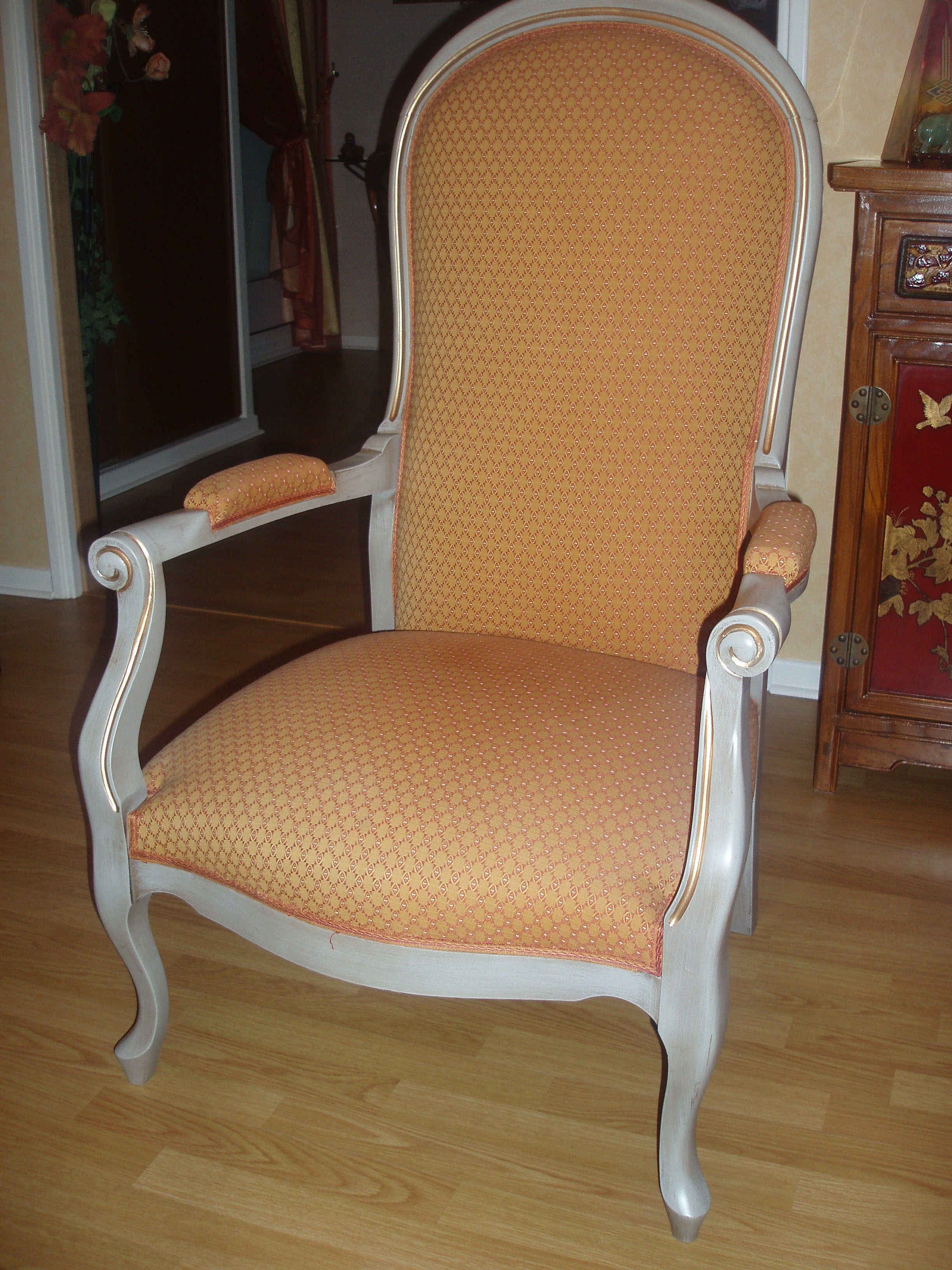 fauteuil voltaire finition blanc/gris filet or